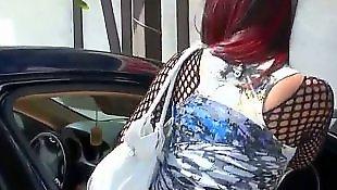 Супер брюнетка, Одевает чулки