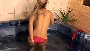 Моется в ванной, Купается