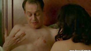 Показывает грудь