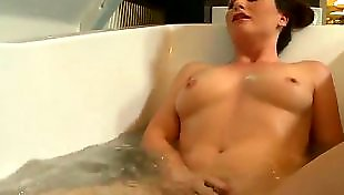 Мужа пальцем, Моется в ванной, Дрочит мужу