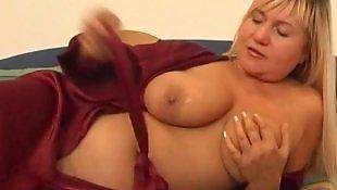 Трахает мастурбатор