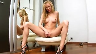 Блондинка показывает попку
