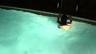 في المسبح مراهقات