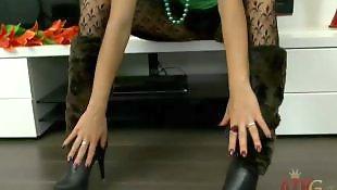 Юные модели, Молодые модели порно, Модель позирует, Позирует в платье, Одевает чулки