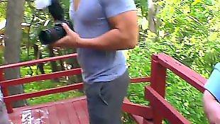 Плоскогрудые девушки, Две девушки и парень, В парке