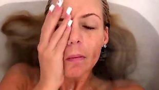 Моется в ванной, Купается, В бане
