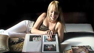 Порно фотографии, Блондинка показывает попку