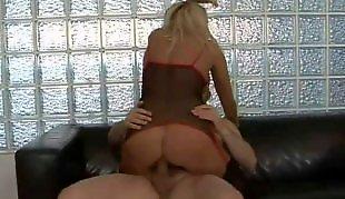 Зрелые в жопу, Блондинка показывает попку