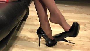 Черный каблук, Высокая в чулках