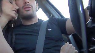 дрочит парню за рулём